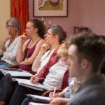 Seminarteilnehmer:innen schauen gespannt